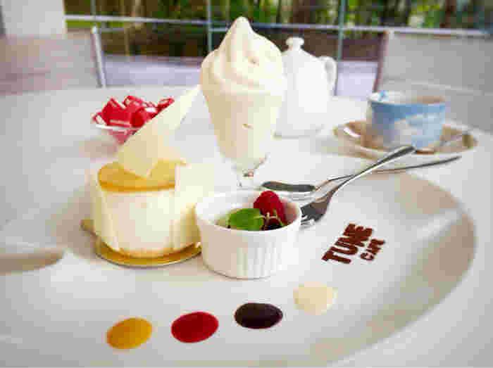 鑑賞後は、食でもアートを楽しめるポーラ美術館内の「カフェ チューン (CAFE TUNE)」 でのんびり。美味しいスイーツとデザインを堪能できるプレートで、素敵なコーヒータイムを。