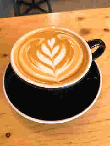 カフェラテは大ぶりなカップにたっぷり入っています。
