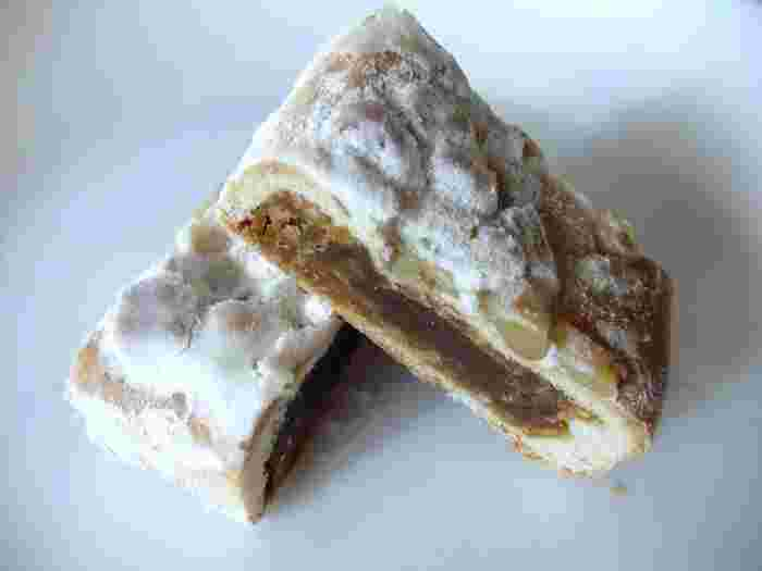 ビニール包装されていて、細長いお菓子です。切ると中はこんな感じ。クルミの食感とそばの風味がふんわりただよう、甘さ控えめの餡がしみじみ美味しいんです。