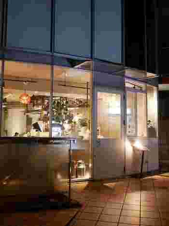 原宿駅から歩いて5分ほどの場所にある「INITIAL 表参道(イニシャル)」。こちらも札幌生まれの夜パフェ専門店で、大きなガラス窓がスタイリッシュな雰囲気です。