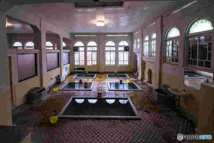 「積善館」では日帰り入浴も楽しめます。「元禄の湯」には、タイル張りの床に石造りの浴槽が5つ並んでいて、それぞれの浴槽の底から温泉が湧き出ています。レトロなアーチ型の窓も相まって、大正ロマンの雰囲気を感じられますよ。
