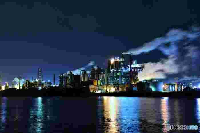 日鉄ケミカル&マテリアル(株)九州製造所は、石油化学工業製品のほか、パソコン、携帯電話といった身近な機械の素材を製造しています。大小無数に並ぶ煙突からは白い蒸気が噴き出しており、漆黒の闇夜を背景に迫力ある姿を見せてくれます。
