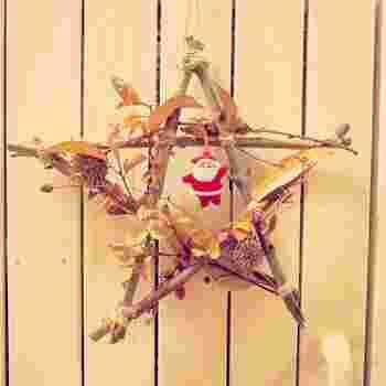拾ってきた枝と合わせて、オリジナルのクリスマスリース!麻紐などを使えばとても雰囲気のあるリースが出来ます。