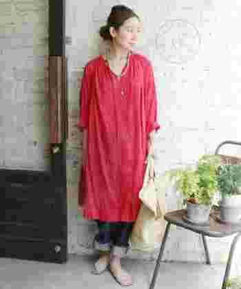 """プルメリアのような赤が映える""""ラミーローン ホームスパンワンピース""""。 細いラミー糸を使用して織り上げた生地を東炊き(あずまだき)で染め上げたそう。 繊細な生地のゆったりとした身幅のシャツは、風をはらんで涼しげな印象。 アウターとしても使えそうな一枚ですね♪"""