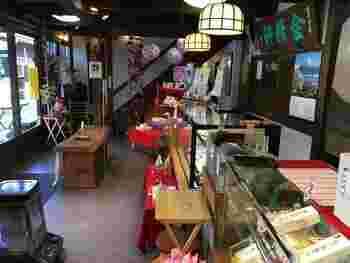 お店の中は落ち着いた老舗の風格漂う雰囲気。信玄餅の他に季節の和菓子やかすてらなど、様々なお菓子に出会えます。