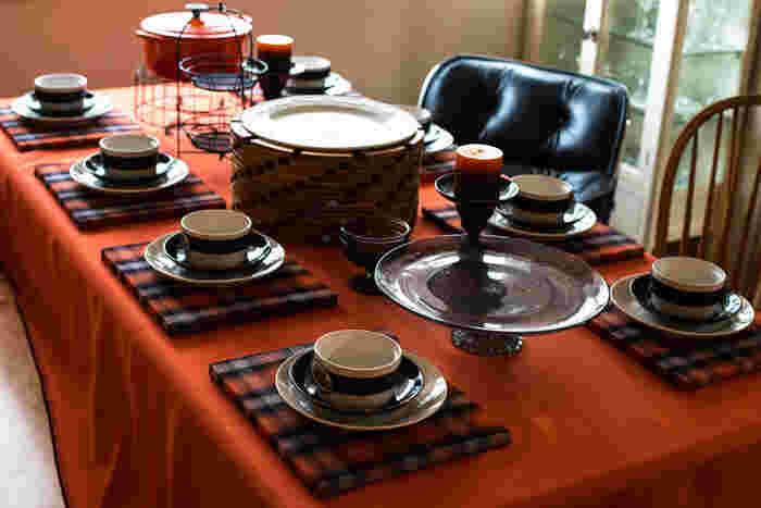 お馴染み、オレンジと黒のハロウィンカラーでまとめた食卓コーディネート。キャンドルやお皿で楽しいハロウィンを演出して。