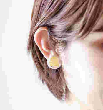 透明なので軽やかで涼しげな印象。夏の日差しに照らされると、より繊細な煌きを耳元に添える事ができます。