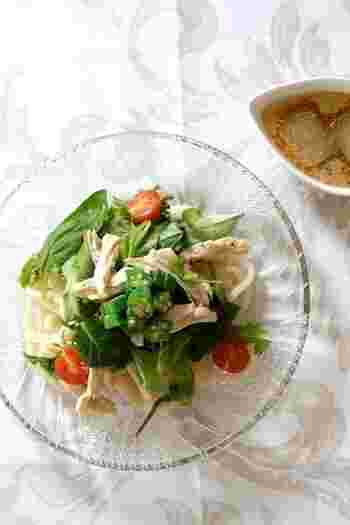 ツルッと食べられるヘルシーなサラダうどんは女性に大人気!麺と具はまとめてタッパーに、かけ出汁と氷は保冷容器に入れてください。出汁で作る氷を入れることで、味が薄くなることなくかけ出汁の冷たさをキープします。
