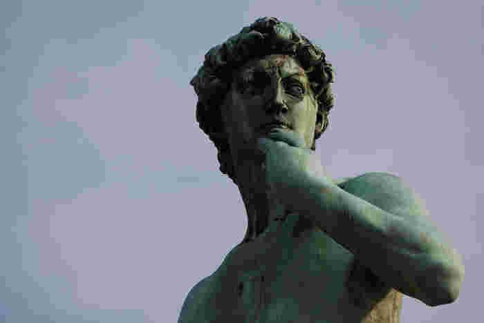 広場の中央には、ミケランジェロの傑作、ダビデ像のコピーがあり、りりしい眼差しでフィレンツェの街並みを見渡しています。