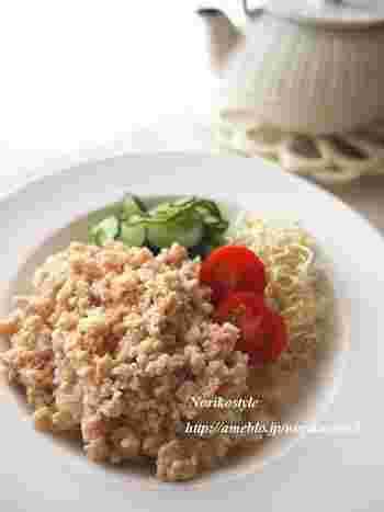 お弁当にもぴったりの優しい味わいの鶏そぼろ丼。生姜のはちみつ漬けを使って、忙しい朝にも簡単に作ることができます。丼物は、手軽に済ませたいときにもいいですね。