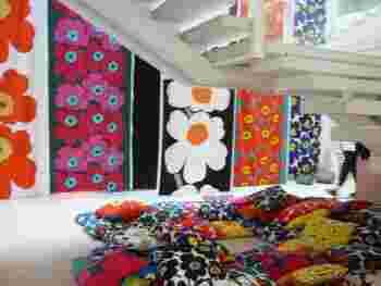 同じUNIKKO(ウニッコ)でも、カラーによって印象はさまざま。 お部屋のインテリアとの相性や、どのような雰囲気にしたいかを想像しながら選びたいですね。