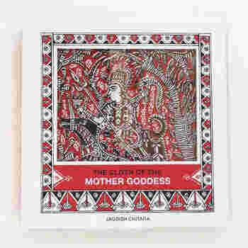 「THE CLOTH OF THE MOTHER GODDESS」も、タラブックスから出版されています。布張りに、木のブロックを使った印刷方法のブロックプリントで一つ一つプリントされています。