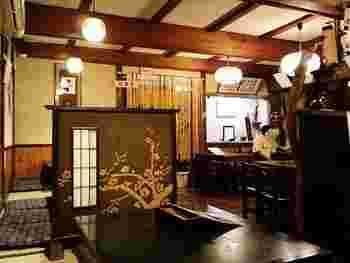 善光寺の「六地蔵」の角を左に曲がり、突き当り信号を右に。「北野家本店」は、おいしい蕎麦となんともノスタルジックな店内に癒されます。
