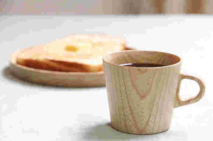 木目の美しさを楽しめる木のマグカップ。北海道の栓(せん)という木材が使われています。紙のように薄く作られているので、口当たりが滑らか。木は温度を伝えにくいので、熱い飲み物を入れてもカップ自体は熱くならず、保温性も抜群です。