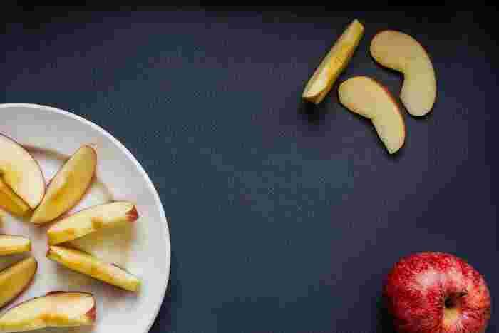 しっとりおいしい、半生干しりんごの作り方。お鍋で煮て旨みたっぷりの煮汁を染み込ませた状態のりんごを、天日干しにするだけ。食味が落ちたりんごでもおいしく食べられます。