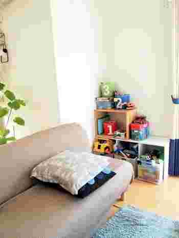 部屋の角はおもちゃを収納するスペースに♪ソファーの近くにあれば、目の届くところで遊ばせることができるし、一緒にくつろぎながら遊ぶこともできそうです♪