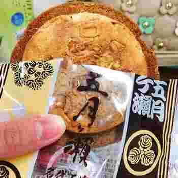 お店の名前がそのまま付けられた「五月ヶ瀬煎餅(さつきがせせんべい)」は、全国的にも有名な福井の銘菓。一般的な煎餅とは異なり、小麦粉の甘い生地にピーナッツを入れて焼いた物です。優しい味にほっこりしますよ。