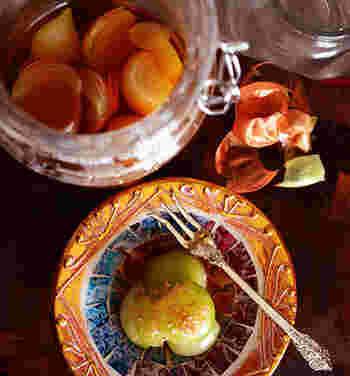 玉ねぎを皮ごとレンジでチンして、めんつゆとお出汁で漬けるだけで完成します。冷やした後なら、皮もつるんと簡単に剥がれて楽ちん。