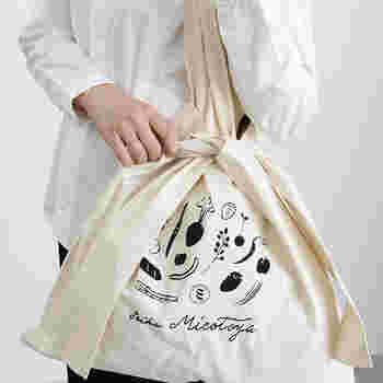 オリジナル雑貨やヴィンテージなどを取り扱う「VOIRY(ヴォイリー)」では、ユニークなトートバッグに出合えます。派手過ぎず、でも他と差を付けるトートバッグをお探しの方にぜひおすすめ。 一見すると、一体どうなっているの?とつい目を引くこちらのトートバッグは、農家で使われてきたビニールの果物用バッグがモチーフ。持ち手の両端に細い布が付いており、中央で結ぶことで丸みのある可愛らしい形になります。ちょっとシュールな野菜のイラストも可愛らしいですね。