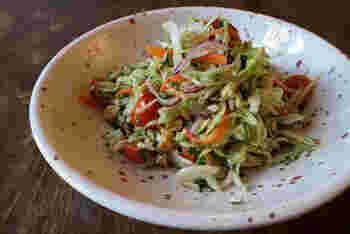 ナンプラーやチリソースが、しんなりと野菜に染み込み、お箸が止まらなくなる味わい。 くだいたピーナッツがアクセントになって美味しさをアップ。