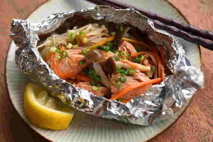 鮭にも、シミの原因となる活性酵素を除去してくれるアスタキサンチンがたっぷりと含まれています。  野菜ときのこのうま味がぎゅーっと鮭に染み渡る美味しい鮭のホイル焼き。ホイルにくるんで焼くだけで簡単に作れるのに、とっても美味しく仕上がります。レモンをかけてさっぱりと。