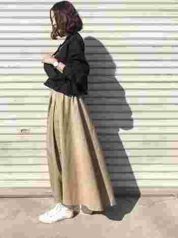 大人カジュアルの定番品。〈ベージュのチノスカート〉のトップス別コーデ集