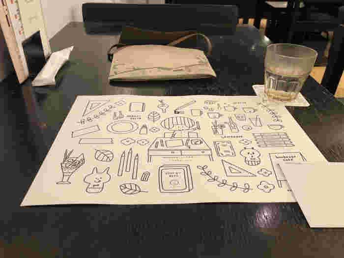 せっかく試し書きをするなら、イラストにお絵描きしてみませんか?テーブルに置かれたペーパーランチョンマットは、塗り絵やお絵描きにぴったり。時間を忘れて夢中になってしまいそう。