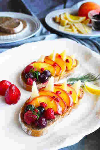 パルミジャーノ・レッジャーノと薄切りフルーツを交互に並べた美しいカナッペ。お子様はもちろん、ワインのお供にもぴったり!