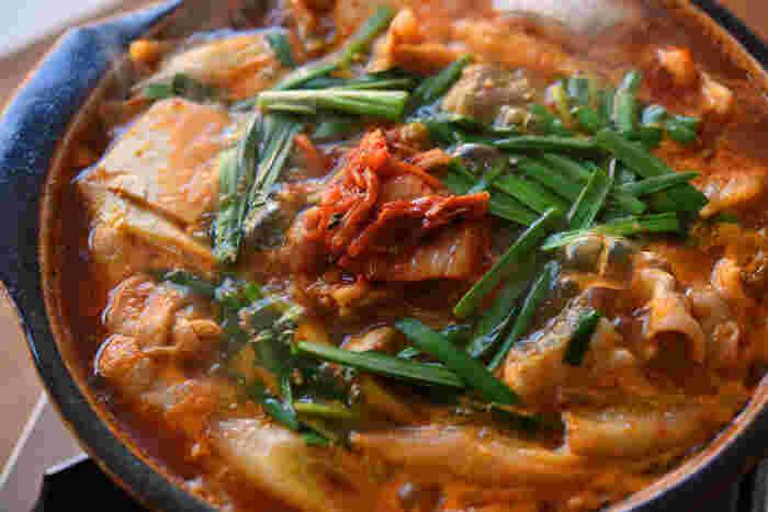 こちらのキムチ鍋は、しょうがとにんにくを効かせたにぼしベースの出汁がポイント。ピリ辛が後を引く美味しさ。豚肉やタラの旨みがたっぷり溶け出したスープは、雑炊やうどんを入れて残さずいただきましょう。