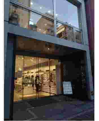 1975年、江東区でチェーン作りからスタートした貴和製作所。1度でもアクセサリーを手作りした方なら、社名を耳にしたことがあるかも。  画像はJR総武本線/都営地下鉄・浅草橋駅から3分の本店。都内には浅草橋に3店、銀座/原宿/新宿/吉祥寺/池袋/北千住/ソラマチ(スカイツリー)に店舗が。2019年11月には、渋谷スクランブルスクエアに11店目がオープンしました。