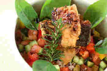 """ご飯の上に載せた""""イタリア風焼き鯖""""。コロコロのパプリカやキュウリ、トマトで野菜もちゃんと摂取できます。庭に茂るバジルやローズマリーをふんだんに使ってより香り高く♪"""