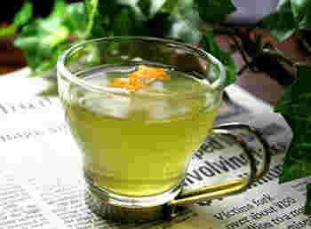 「水出し緑茶」のアレンジとして、オレンジの皮を浮かべたお茶の楽しみ方。こちらのレシピは、水出し茶にも応用できます。水出し茶にオレンジの皮を浮かべて、爽やかな香りを楽しみましょう。