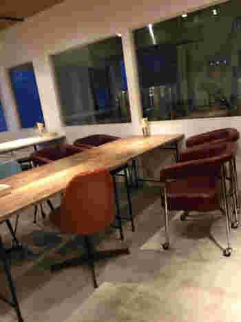 カウンター席のほかに、ゆったりと過ごせるテーブル席も。土日祝日はお昼から営業しているので、昼飲みもおすすめです。