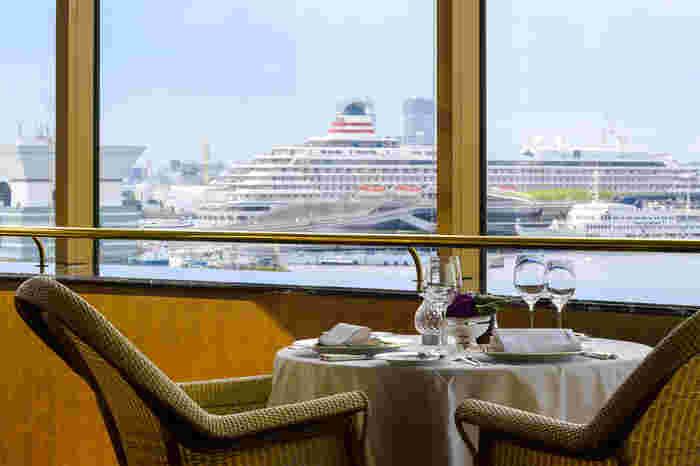 見事な景色と美味しいお料理が楽しめるのがホテルニューグランド5階に位置する「パノラミックレストラン ル・ノルマンディ」。