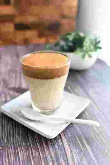 今、SNSなどで大注目のダルゴナコーヒー。インスタントコーヒー(ブラック)があればすぐに作れる手軽さも魅力の一つ。水でも作ることができますが、牛乳を使えばよりまろやかな味を楽しめます。