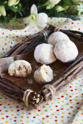 雪玉のように丸く、粉砂糖を纏った形が可愛いスノーボール。アーモンドプードルを使うことでほろっとした食感になるのも特徴的です。アーモンドプードルはきなこでも代用できるので、洋風はもちろん和風の味で作ってみても面白そう♪