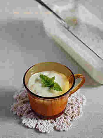 材料は4つだけ!完熟バナナ、ゼラチン、牛乳と市販のバニラアイスでつくるお手軽なババロアです。