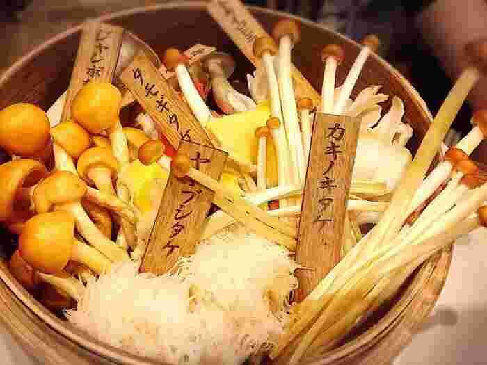 薬膳鍋の具材もヘルシーで、たっぷり食べても低カロリーなのがうれしいですね。それぞれ食感や風味が異なる珍しいきのこもぜひ食べてみましょう。