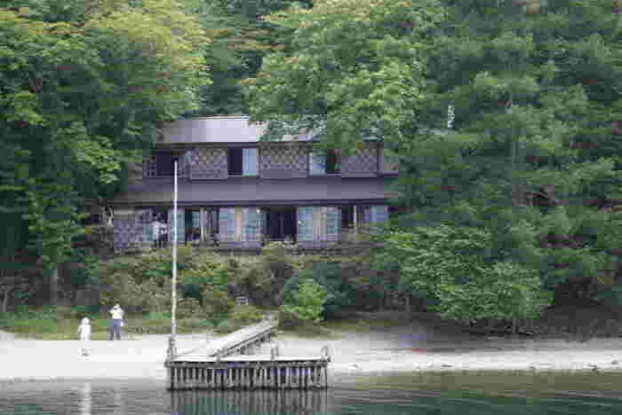 県営歌ヶ浜駐車場から徒歩約15分のところにある「イタリア大使館別荘」。中禅寺湖のほとりにあるクラシカルな建物です。昭和3年(1928年)にイタリア大使館の別荘として建てられ、平成9年(1997年)まで歴代の大使が使用していました。
