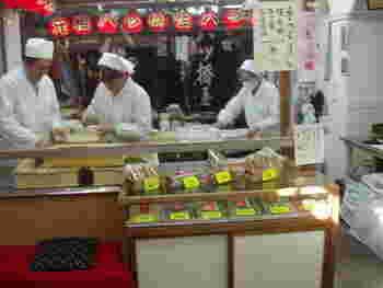 「八ツ橋」は京都の定番土産。ここ清水にも数店舗出店していますが、イチオシは、「元祖八ツ橋 西尾為忠商店」の生八ツ橋。京都各地の観光名所では、様々な八つ橋が販売されていますが、完全手作りなのは、ここだけ。しかも、京都以外で買い求めることが出来ません。