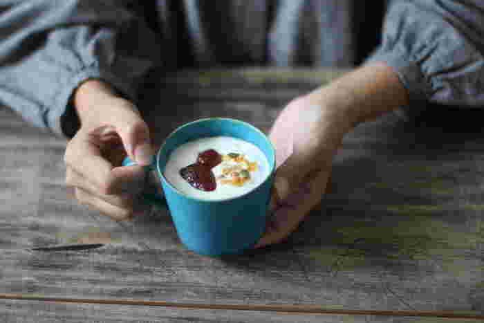 ストレートなラインが印象的なマグカップです。ストンとした形に、ベーシックな形の取っ手が付いています。コーヒーやミルク、スープも良く似合いそう。