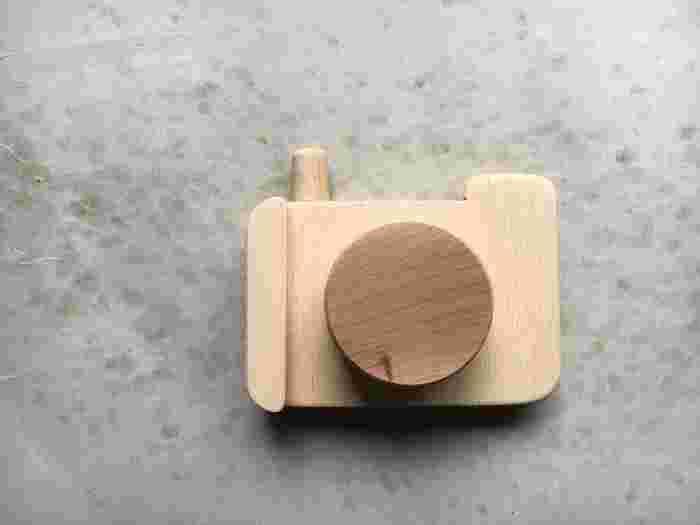 端材を使って作る木製カメラ。それぞれのパーツをカットして組み合わせて作ります。角はヤスリでしっかりと削っておけば安心◎ナチュラルナ木目がなんとも綺麗ですね。インテリア雑貨としても飾れそうです。