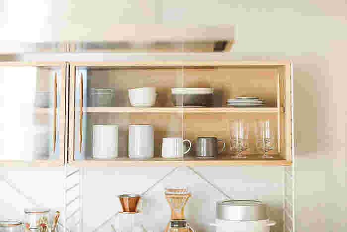 お気に入りの食器は、しまいこんでしまってはもったいないですよね。ギャラリーのように飾って収納すれば、きっと気分も上がることでしょう。ガラス扉のついた棚などにしまう食器は、余裕をもたせてゆったりと並べると洗練された雰囲気にしあがります。