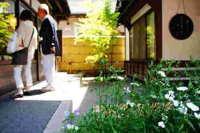 長野県北部千曲川東岸に位置する、長野県で一番面積の小さな市町村の小布施町は「栗と北斎と花のまち」として、年間120万人を超える観光客が訪れる観光地として脚光を浴びています。