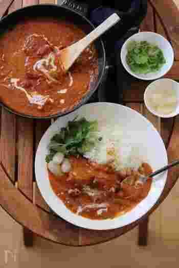 味噌味のサバ缶とトマト缶を使って、普段と違ったカレーはいかがでしょう。味噌のコクと、トマトの酸味が絶妙にマッチ。サバに火が通っているので、煮込み時間も短縮できる、時短レシピです。