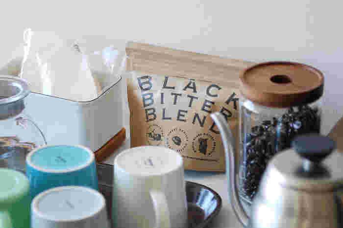 「Free Design(フリーデザイン)」と「BROWN'S Cafe & Beans(ブラウンズ カフェ&ビンズ)」のコラボコーヒー。挽き方次第で自分の好みの味が楽しめる豆と、手軽にコーヒーが楽しめる粉(中挽き)から選べます。 深煎りなので、酸味が苦手な人におすすめ。ホットはもちろんアイスコーヒーでも美味しく飲むことができます。