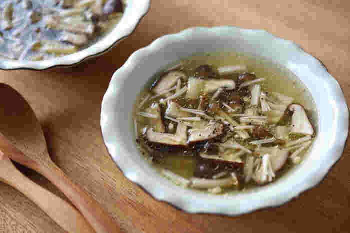 手羽中を茹でる時に出る鶏のゆで汁を使った、きのこスープ。深いコクのあるゆで汁に、シンプルにきのこだけを入れて作る、とっても味わい深いスープ。