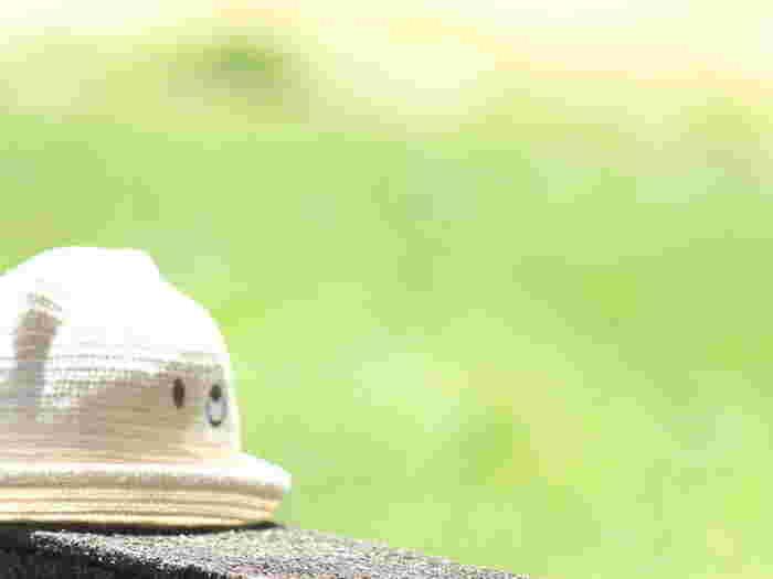 帽子のサイズがピッタリ過ぎると、お子さんはどうしてもきついと感じて被るのを嫌ってしまいます。夏冬問わず、特に帽子に慣れていないお子さんは、少しゆとりがあるサイズを選ぶのがおすすめです。あごひもがきつくて嫌がる事もあるので、その場合は帽子につけるクリップを使ってみてくださいね。帽子クリップは、風が強い日や使っていない時にはバッグなどに止めると紛失帽子にもなって◎。