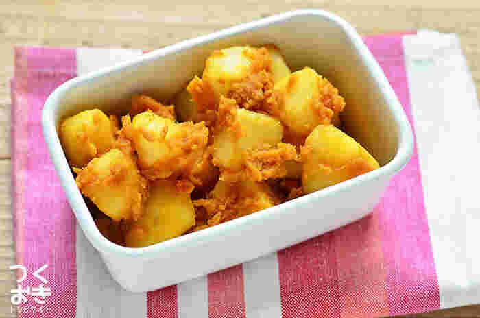 粉ふきいもにカレールウをからませたカレーポテトサラダ。定番の常備菜としてもぴったり。温め直すと、おいものほくほく感とカレーの風味が立ってよりおいしさが増します。お弁当にもぜひ。