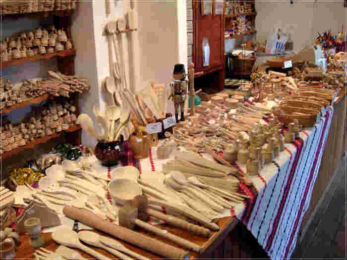 ホッロークーでは、職人が丹精を込めて作った木細工や織物細工などがお土産として売られています。村の中にある民家では、雑貨やお土産を扱うお店もあるので、きっとお気に入りのお土産が見つかるはずです。